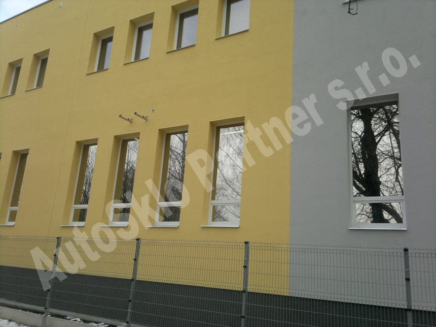 Aplikace bezpečnostních fólií na budovu. Takto ošetřená okna jsou mnohem odolnější