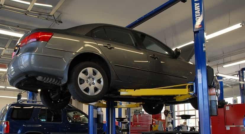 Firma disponuje také velkým hydraulickým heverem. Díky tomu zvládne i náročnější autoservis a servisní opravy.
